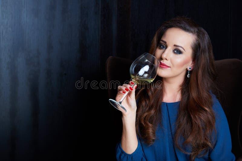 vrouw met een glas wijn royalty-vrije stock afbeelding