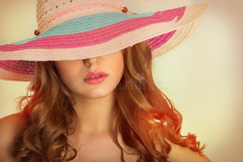 Vrouw met een hoed in de hete zomer stock foto's
