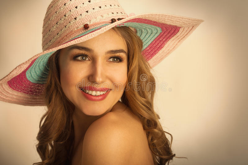 Vrouw met een hoed in de hete zomer royalty-vrije stock foto
