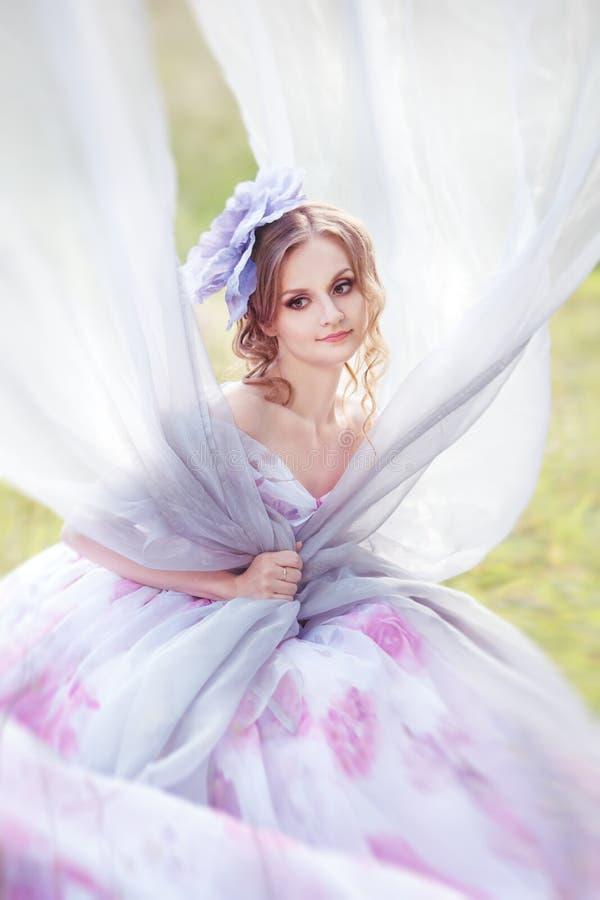 Vrouw met een hoed in de vorm van een bloem op haar hoofd royalty-vrije stock afbeelding