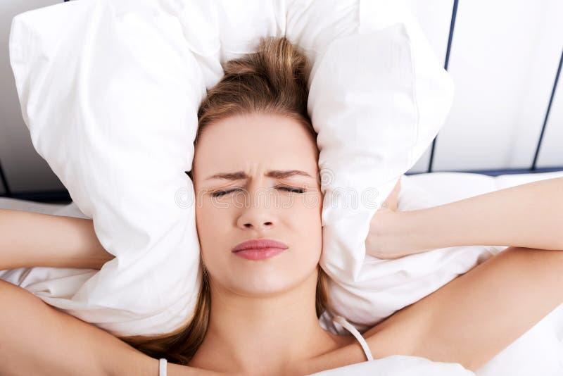 Vrouw met een hoofdpijn royalty-vrije stock afbeeldingen