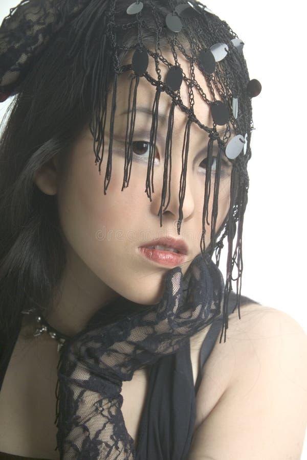 Vrouw met een kantsluier stock afbeelding