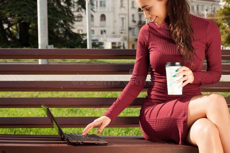 Vrouw met een kop van cofee en notitieboekje royalty-vrije stock afbeeldingen