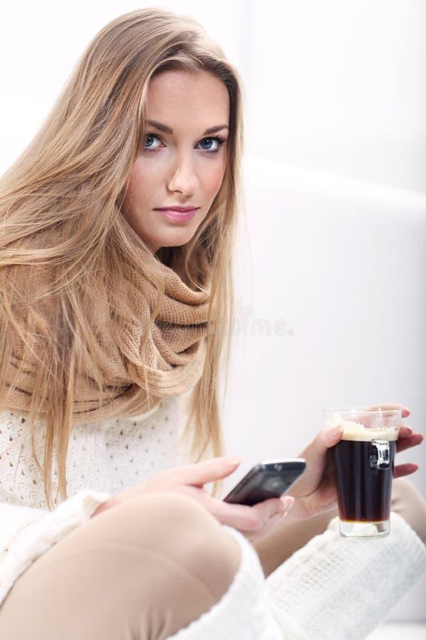 Vrouw met een kop van coffe royalty-vrije stock afbeeldingen