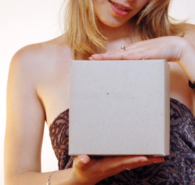 Vrouw met een lege doos royalty-vrije stock afbeelding