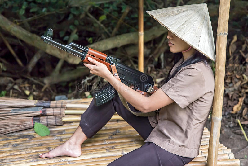 Vrouw met een machinegeweer stock afbeelding