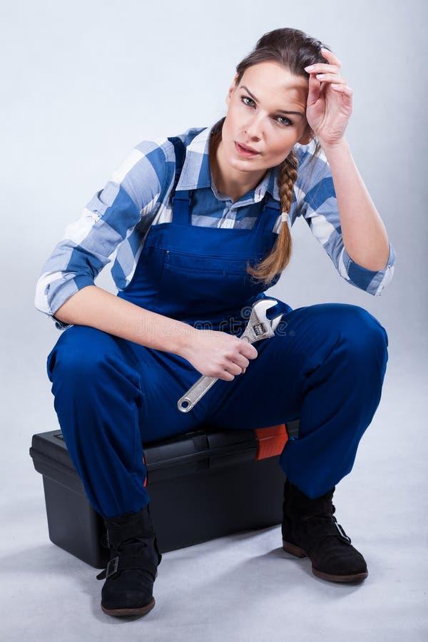 Vrouw met een moersleutel stock foto