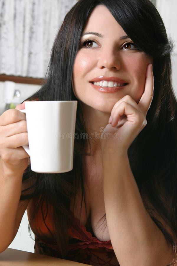 Vrouw met een mok koffie stock foto's