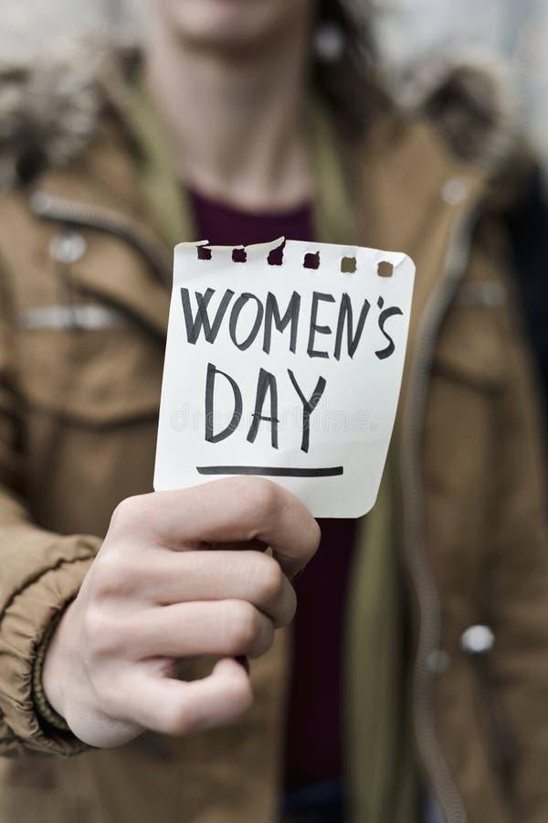 Vrouw met een nota met de dag van de tekstvrouwen royalty-vrije stock foto's
