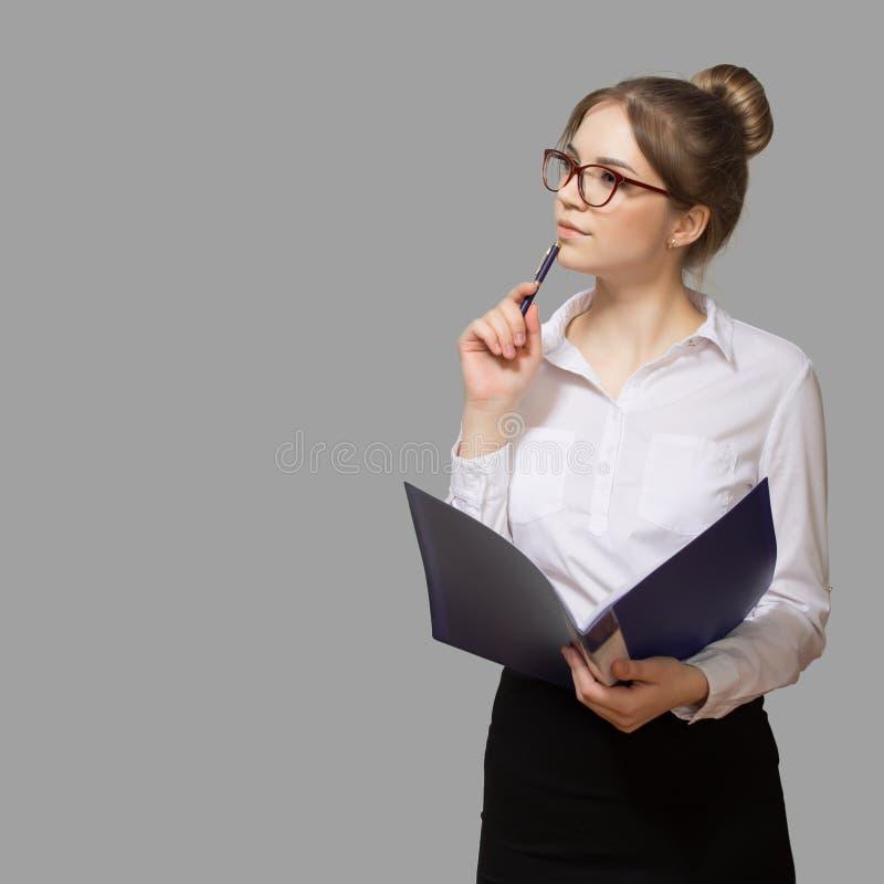 Vrouw met een omslag in glazen royalty-vrije stock afbeeldingen
