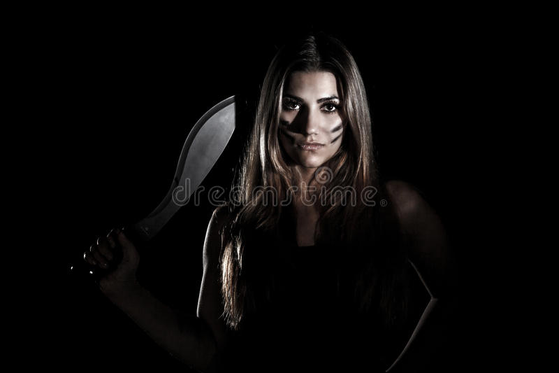 Vrouw met een reusachtig mes stock afbeelding