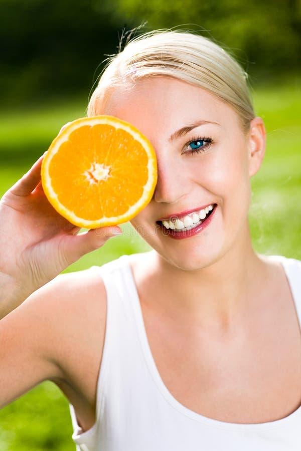 Vrouw met een sinaasappel royalty-vrije stock fotografie