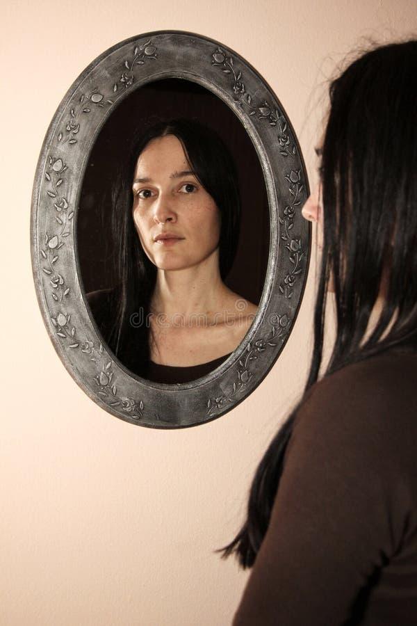Vrouw met een spiegel stock afbeelding