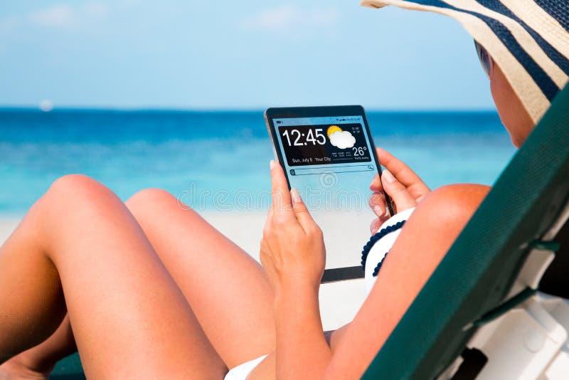 Vrouw met een tablet in handen royalty-vrije stock foto