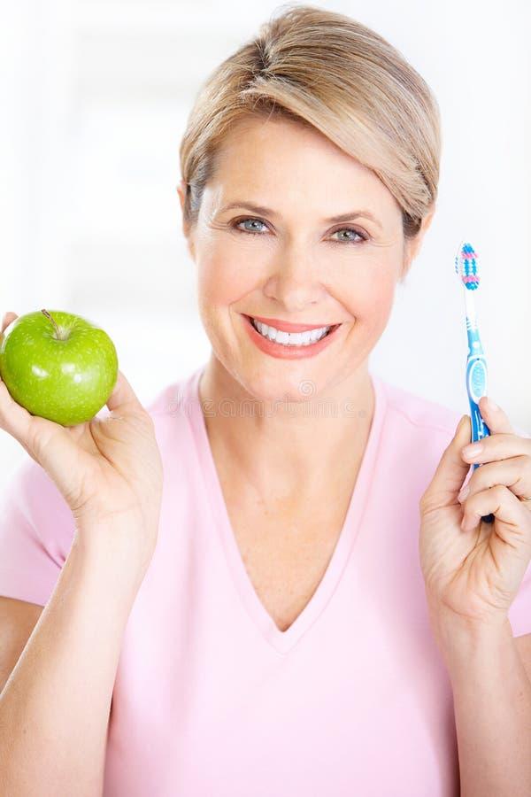 Vrouw met een tandenborstel stock afbeelding