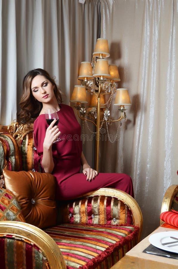 Vrouw met een wijnglas bij slim restaurant royalty-vrije stock foto
