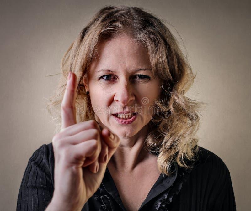 Vrouw met een woedeuitdrukking royalty-vrije stock afbeelding