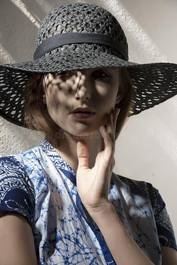 Vrouw met elegante hoed royalty-vrije stock foto