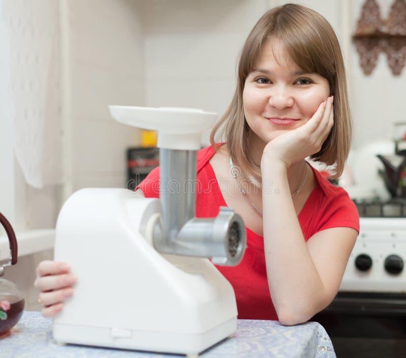 Vrouw met elektrische gehaktmolen stock afbeelding