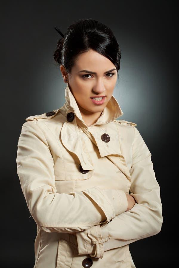Vrouw met ernstige uitdrukking stock foto
