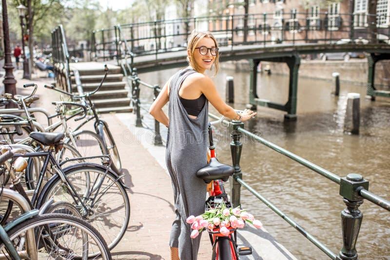 Vrouw met fiets in de stad van Amsterdam royalty-vrije stock afbeeldingen