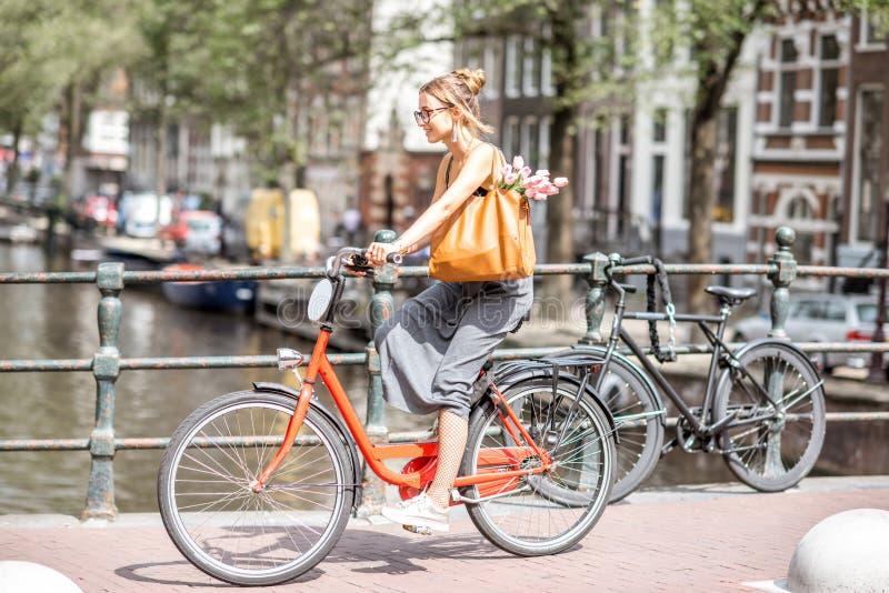 Vrouw met fiets in de stad van Amsterdam royalty-vrije stock foto's