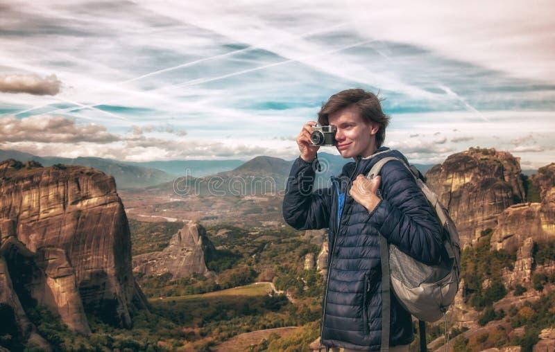 Vrouw met fotocamera op berg stock foto's