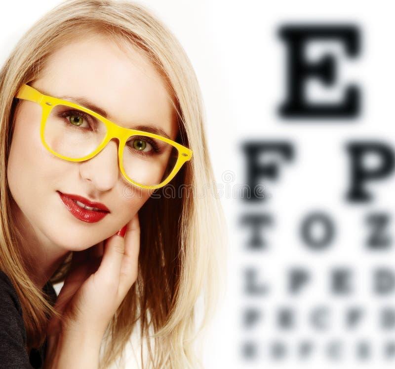 Vrouw met gele glazen. stock illustratie