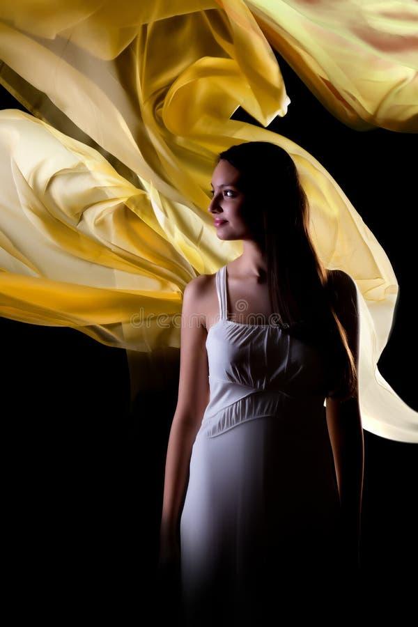 Vrouw met gele golven stock afbeeldingen