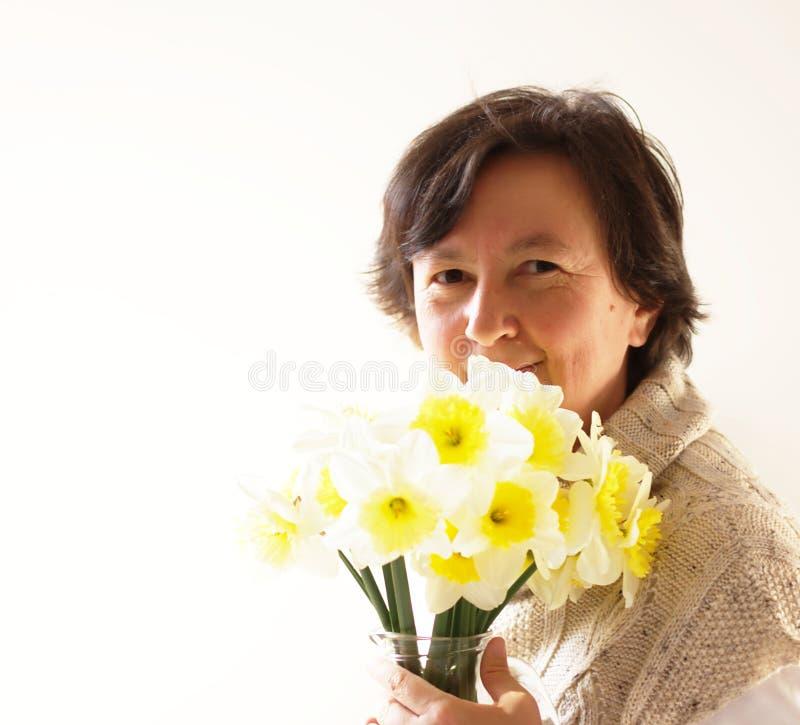 Vrouw met Gele narcissen royalty-vrije stock afbeeldingen