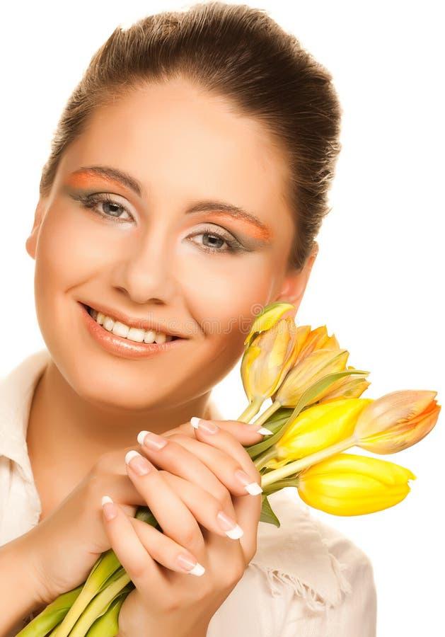 Vrouw met gele tulpen stock foto