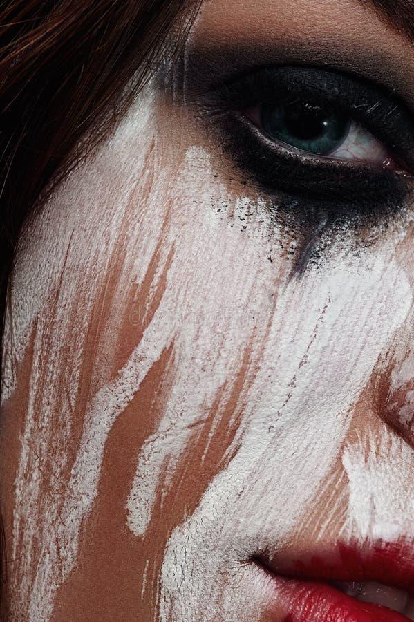 Vrouw met gesmeerde Witte Verf op haar Gezicht royalty-vrije stock foto's