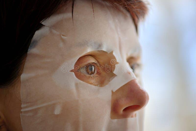 Vrouw met gezichtsmaskerblad royalty-vrije stock foto