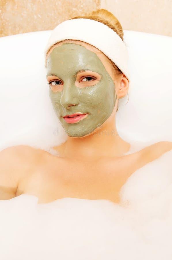 Vrouw met gezichtsmoddermasker Dayspa royalty-vrije stock afbeeldingen