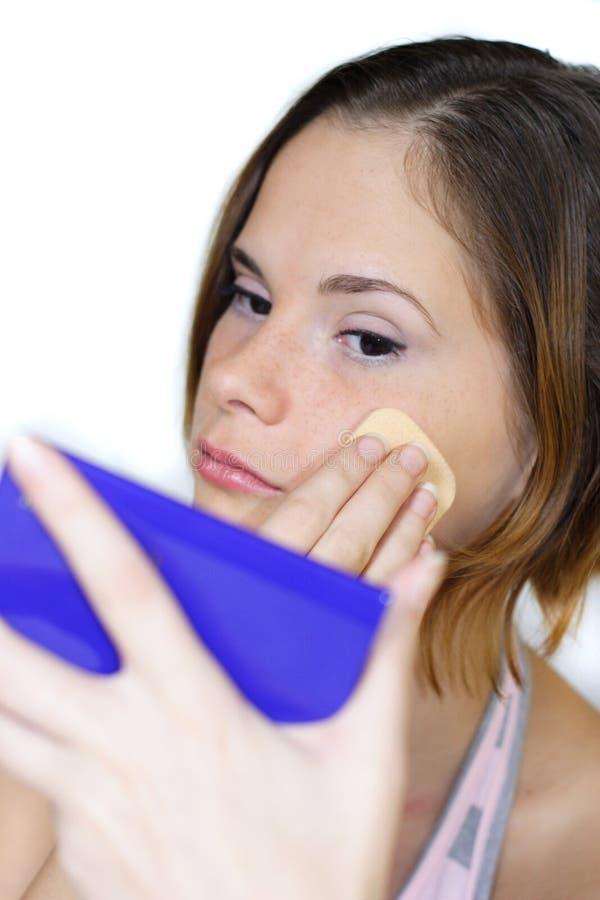 Vrouw met gezichtspoeder stock fotografie