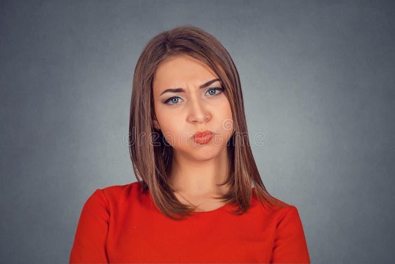 Vrouw met gezwelde wangenkaken die zenuwachtig of vermoeide lucht blazen royalty-vrije stock afbeelding