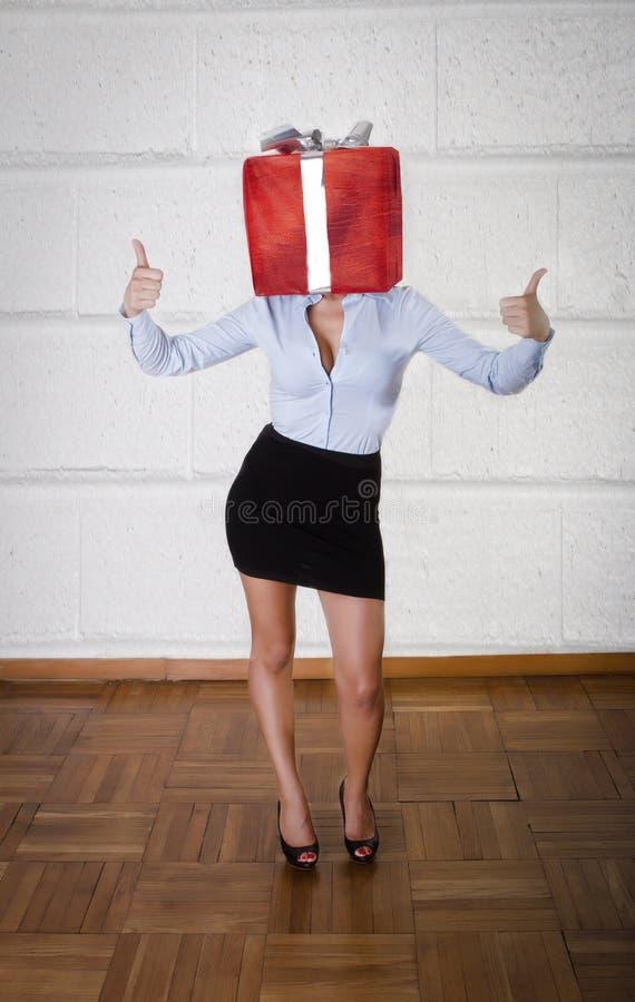 Vrouw met giftdoos op hoofd royalty-vrije stock foto's