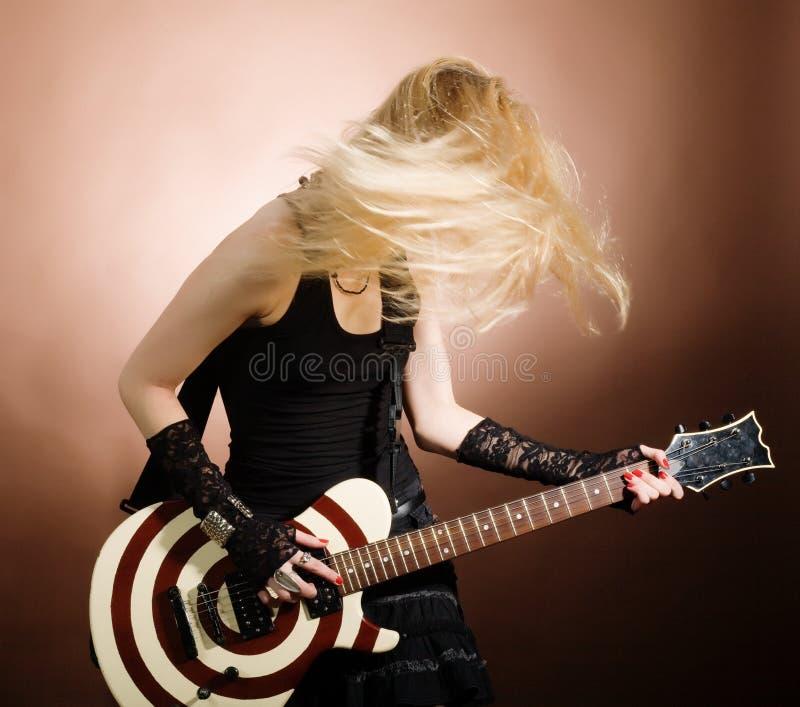 Vrouw met gitaar stock afbeeldingen