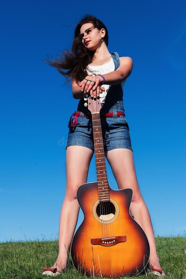 Vrouw met gitaar stock fotografie