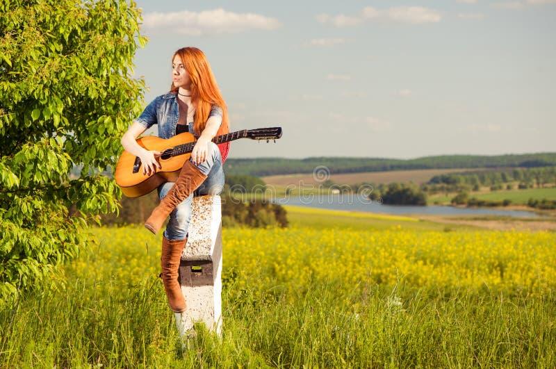 vrouw met gitaar royalty-vrije stock foto