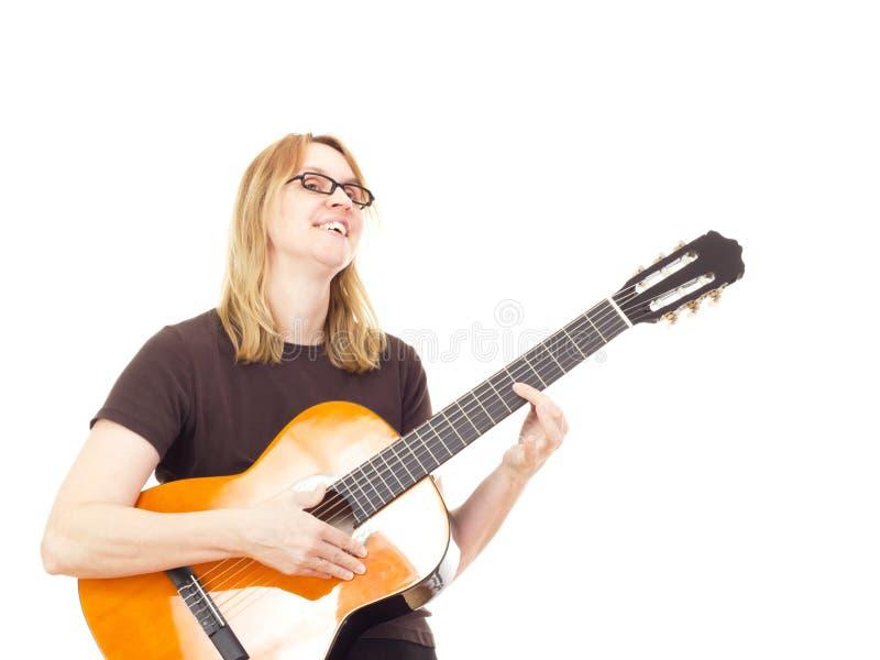 Het spelen van de vrouw gitaar stock foto