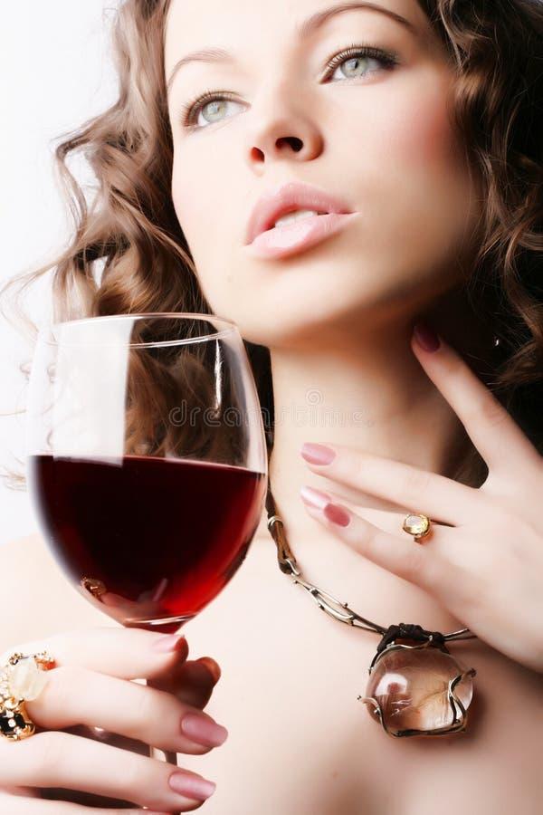 Vrouw met glas rode wijn stock foto