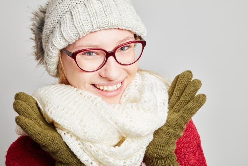 Vrouw met glazen die de winterkleren dragen stock foto's