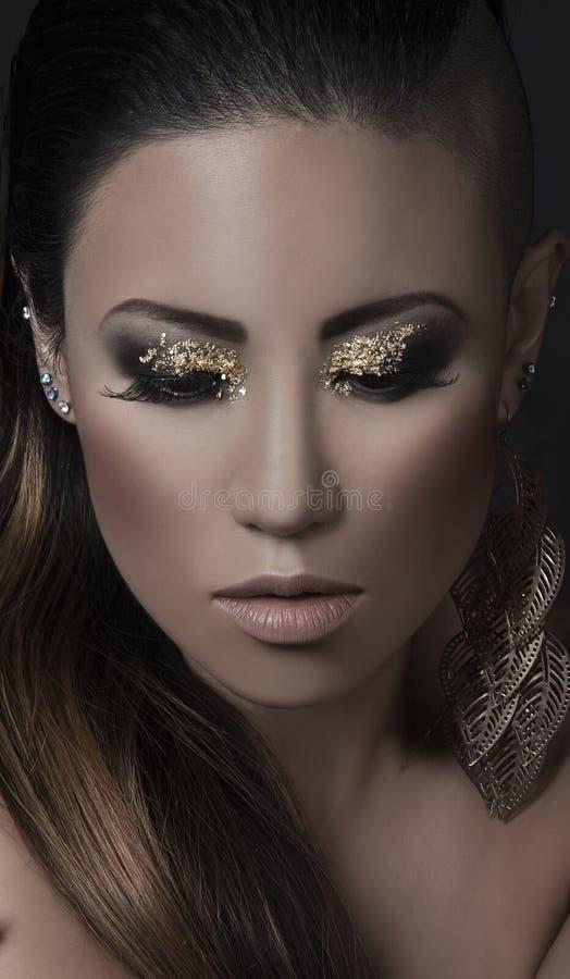 Vrouw met glitterywenkbrauwen stock afbeelding