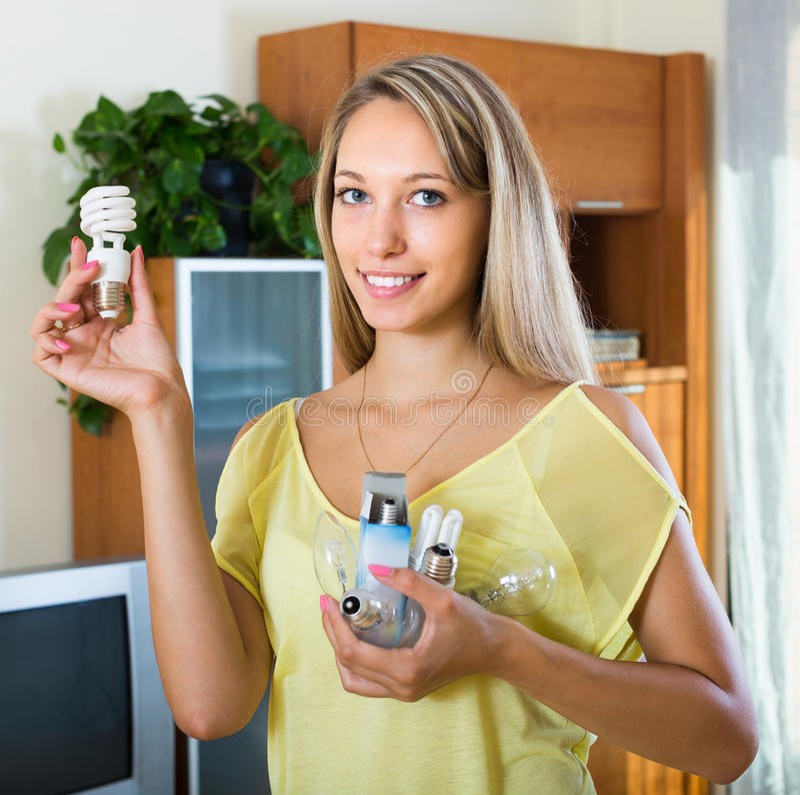 Vrouw met gloeilampen thuis stock foto's