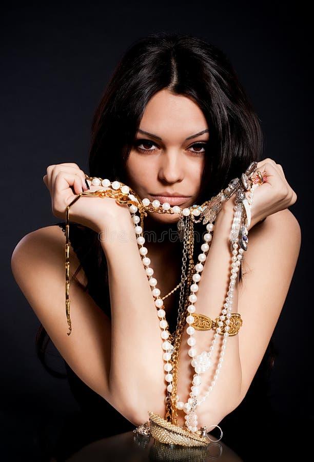 Vrouw met gouden juwelen royalty-vrije stock afbeeldingen