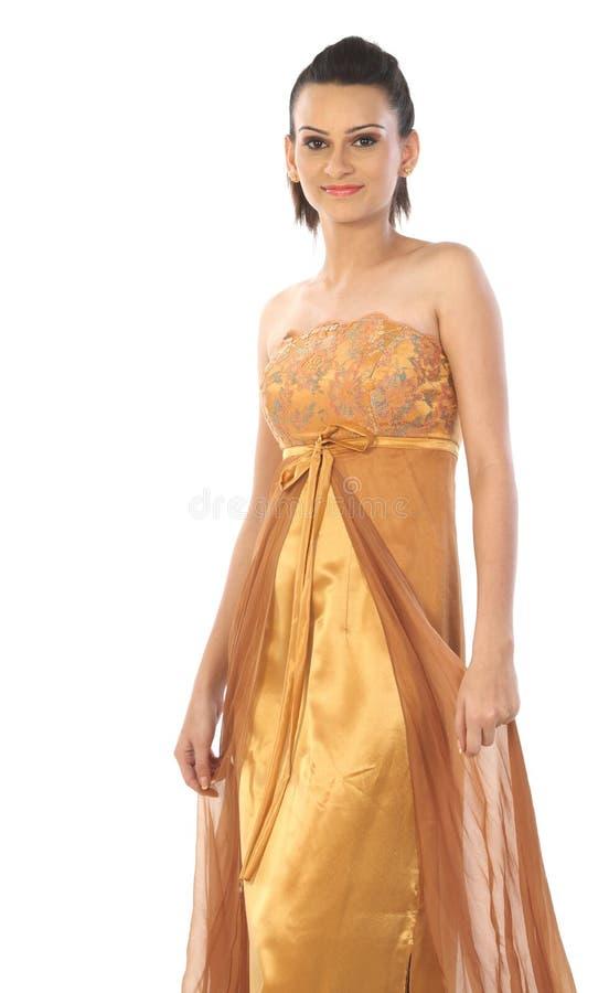 Vrouw met gouden kleuren lange toga stock foto's