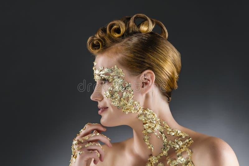 Vrouw met gouden make-up stock fotografie