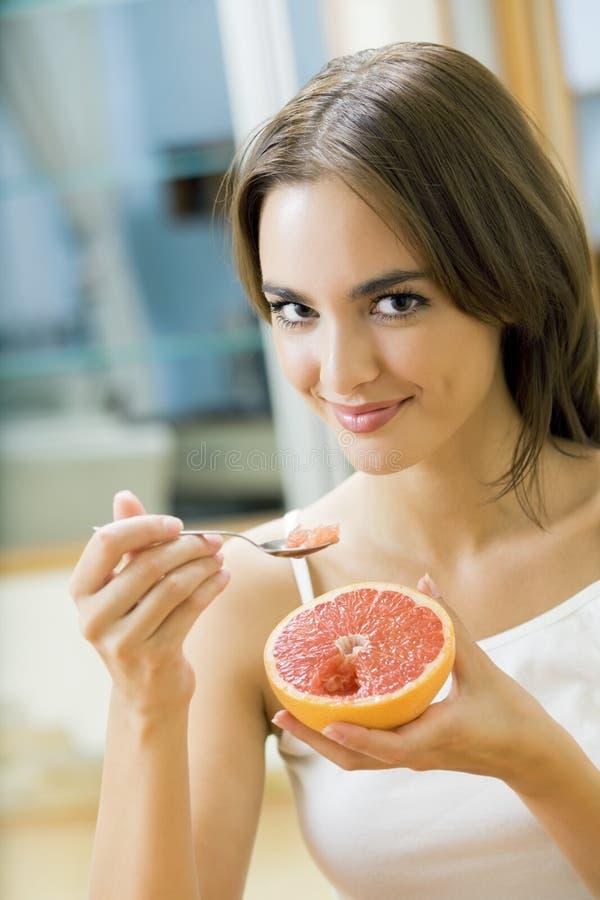 Vrouw met grapefruit royalty-vrije stock foto's
