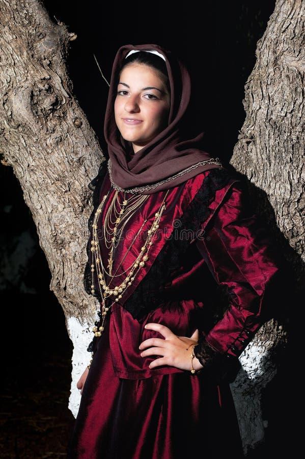 Vrouw met Griekse traditionele slijtage royalty-vrije stock afbeelding